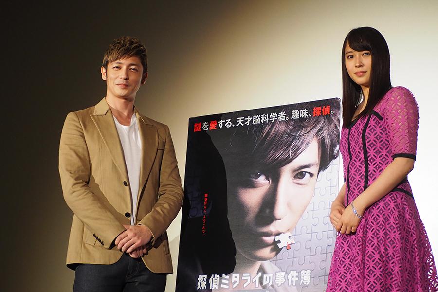 舞台挨拶でフォトセッションに挑む玉木宏(左)と広瀬アリス