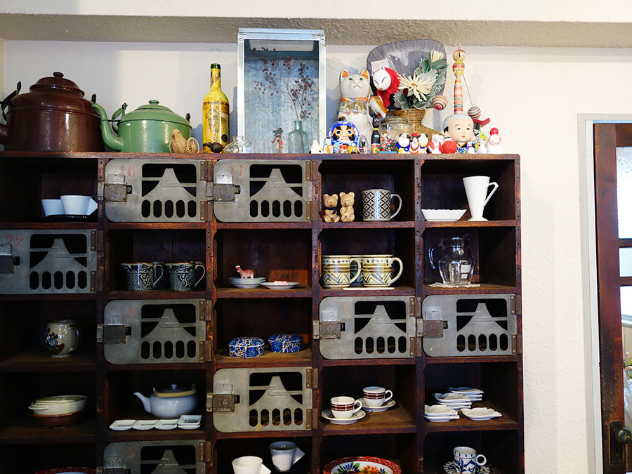 昭和40年代の器など、日々使える商品が並ぶ
