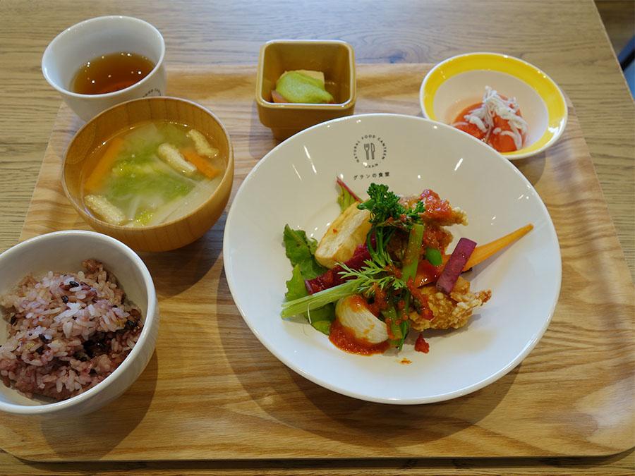 日替わりプレートは主菜に、選べる小鉢2品、お味噌汁。白ご飯か雑穀ご飯から選べる830円
