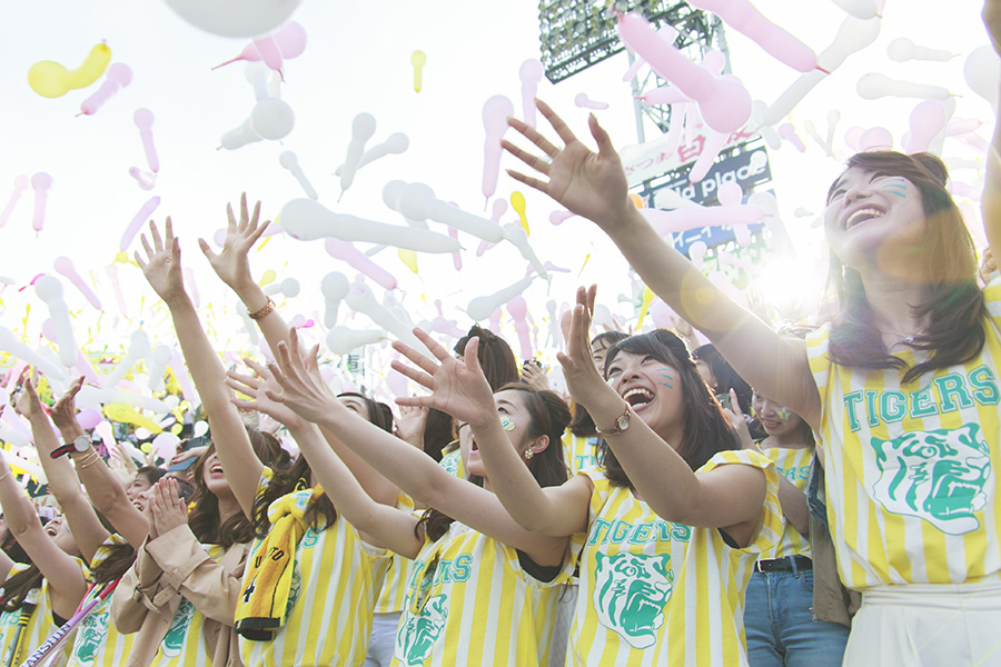 TORACOフリルTシャツにトラ耳ヘア、お揃いのコーデで応援する女性ファンたち
