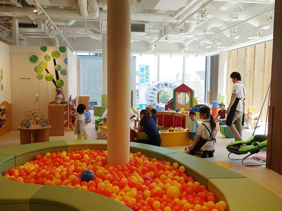「ボーネルンド トット ガーデン」は0〜3歳児専用のキッズスペース。関西では初展開