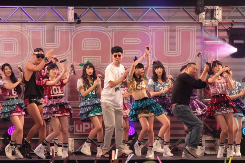 主力メンバーが集ったAKB48とプロデューサー・小籔千豊