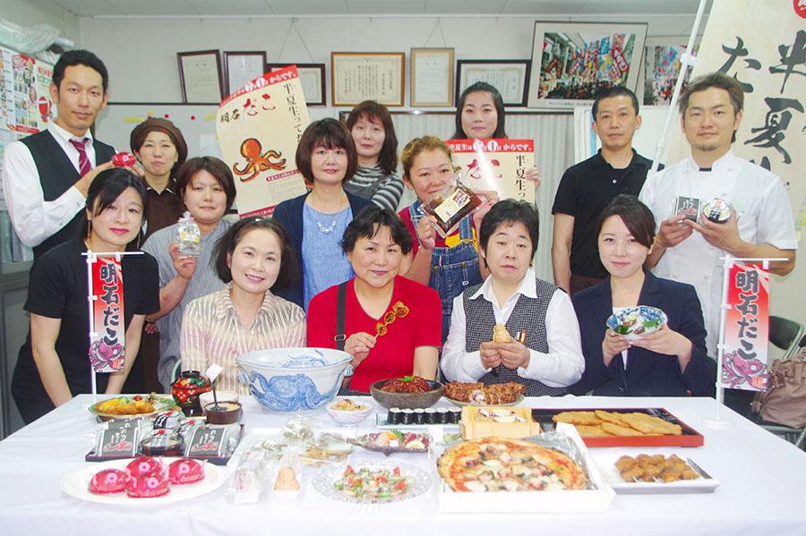 『明石半夏生(はんげしょう)たこ祭り』で明石だこグルメとスイーツを提供する店舗のメンバー
