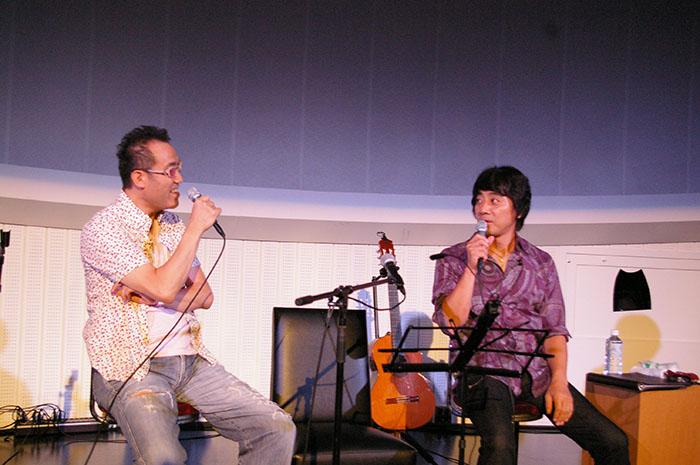 完成披露試写会に登場した山崎まさよし(右)