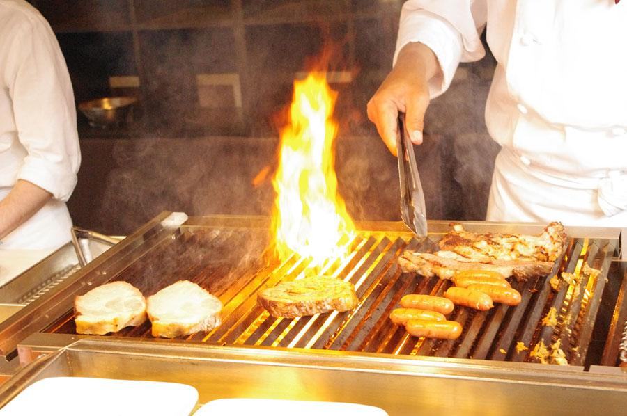 ビーフ、ポーク、チキン、ソーセージなど、ホテルのシェフが焼きたてを提供