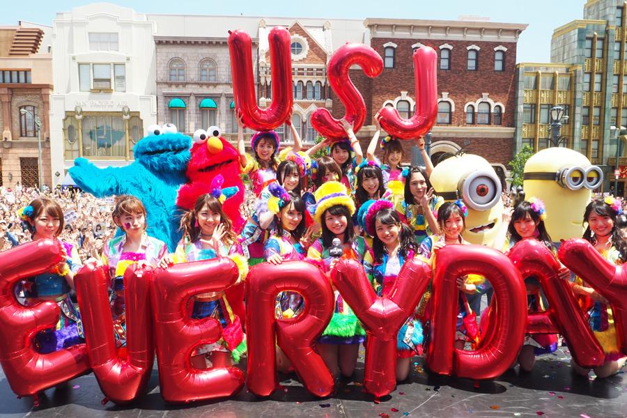 5,000人のファンと記念撮影するAKB48