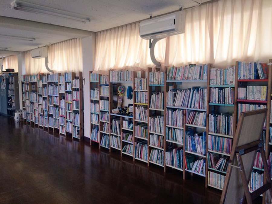 会場となる青山台文庫。いっぱい並ぶ絵本と、大きな窓が特徴の部屋