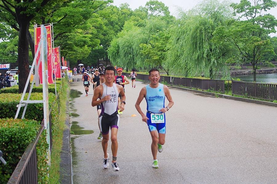 大阪城公園のコースでは観光客ら沿道の声援に応えるシーンも