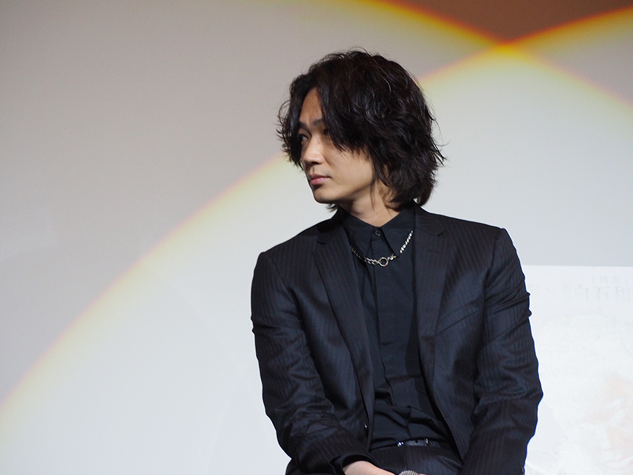 舞台挨拶に登場した俳優・綾野剛