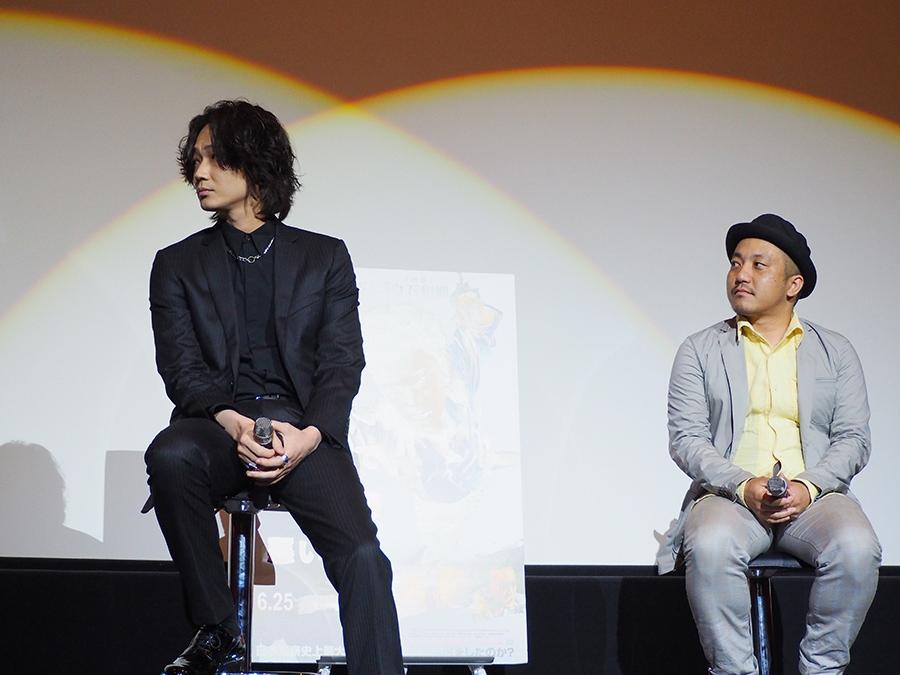 綾野剛(左)と白石和彌監督