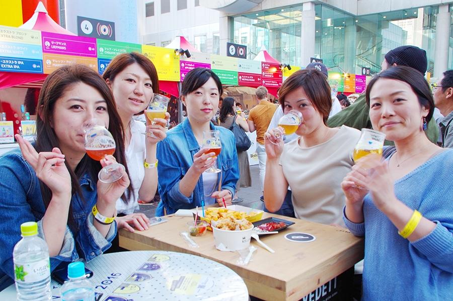 会社帰りに職場仲間で立ち寄ったという女性たち。ベルギービール片手に女子トークで盛り上がった
