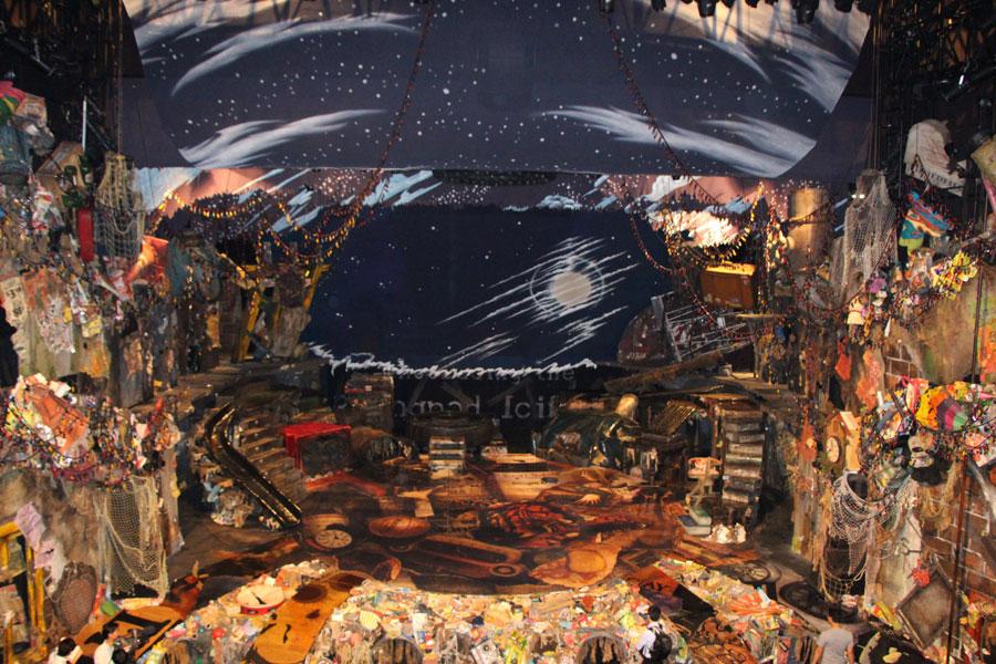 絵本を切り取ったような空間。上から見下ろすと舞台の床の上に虎が描かれているのが分かる。その意味とは・・・、などと考えるのも楽しみのひとつ
