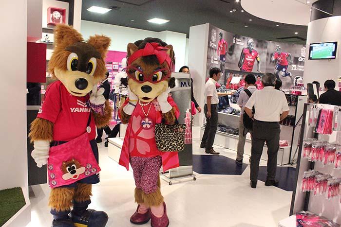セレッソ大阪のチームキャラクター、ロビー(左)とロビーナも駆けつけた