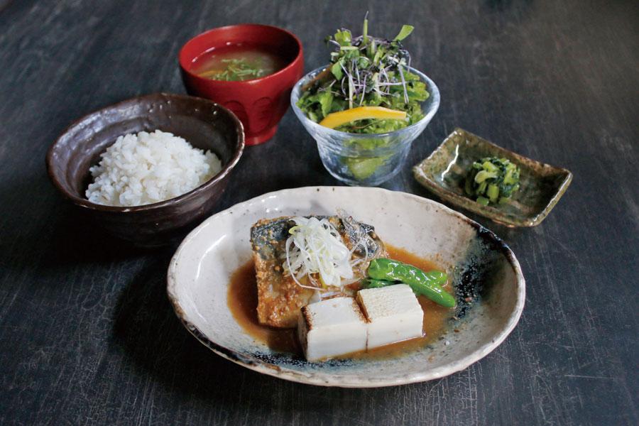 濃厚かつ脂がのった鯖がいただける「黒十」の鯖の味噌煮定食は、ランチタイムの数量限定