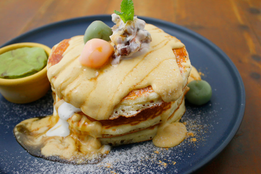 「YURT 神戸店」の白玉ときなこの和風パンケーキは、黒みつときなこクリームと一緒に。896円
