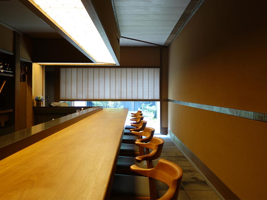 ショップの奥には、カウンター席。「日本でしかできないような店」を目指した空間に