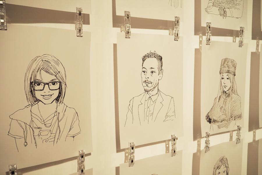 これまでに描いた似顔絵スケッチ。ポーズを提案し、人柄を見ながら描くという
