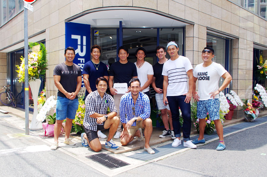 ブランドを立ち上げた守屋篤さん(前列右側)冨岡耕児さん(前列左側)。現役選手時代をともにした元チームメイトで現役ラガーマンとともに