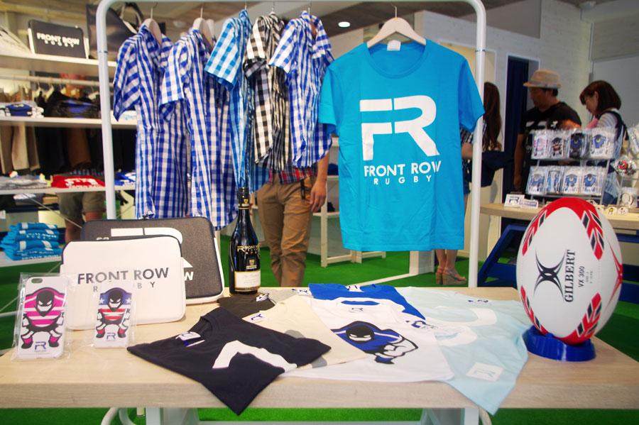神戸限定カラー・ターコイズのTシャツ4,860円、キッズ用ギンガムチェックシャツ6,800円など、サイズは通常のS、M、Lに加え、キッズサイズから大きいものでXXLと幅広い