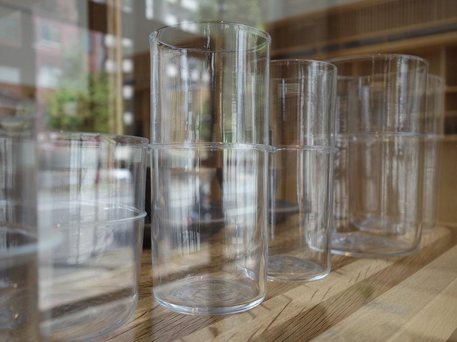 茶筒をイメージしたグラスは、手吹きで作られている