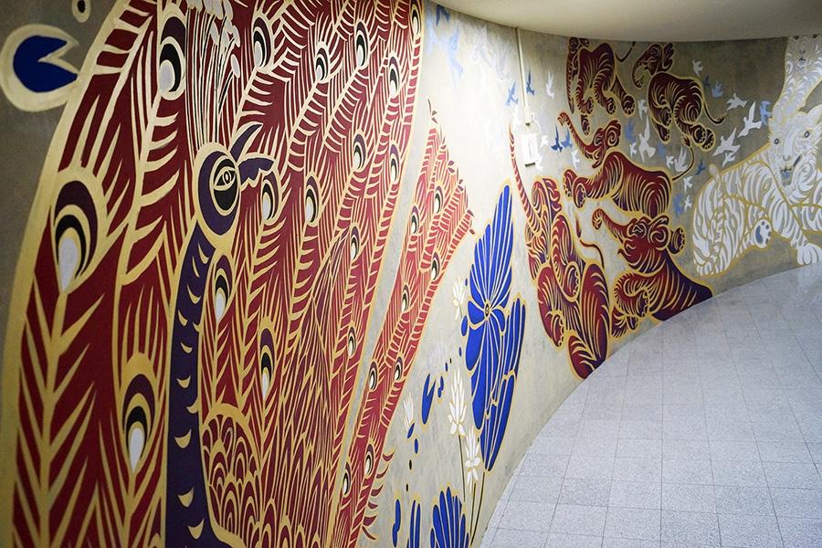 「四神」をテーマにした、幅58メートル・高さ3メートルの巨大壁画