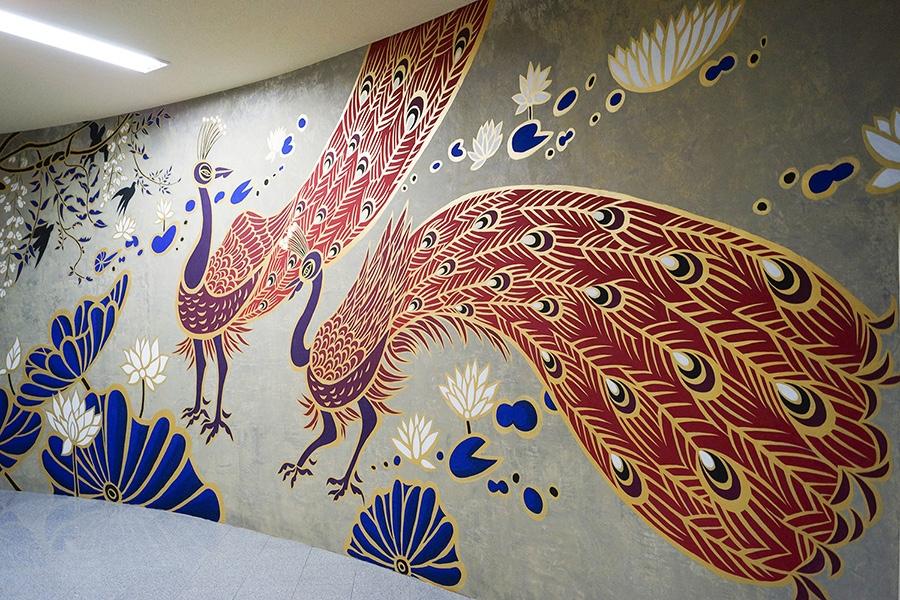 納骨堂・南面の壁画に描かれた、朱雀をイメージした孔雀