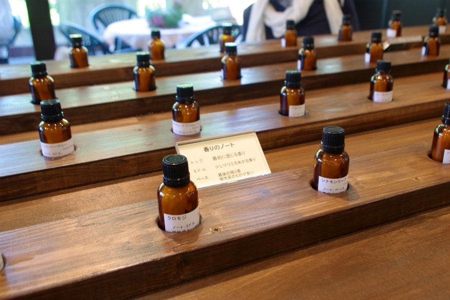 約50種類の天然エッセンシャルオイルの香りを試せるだけでなく、生活のシーンにあわせたハーブ園オリジナルブレンドの香りも楽しむことができる