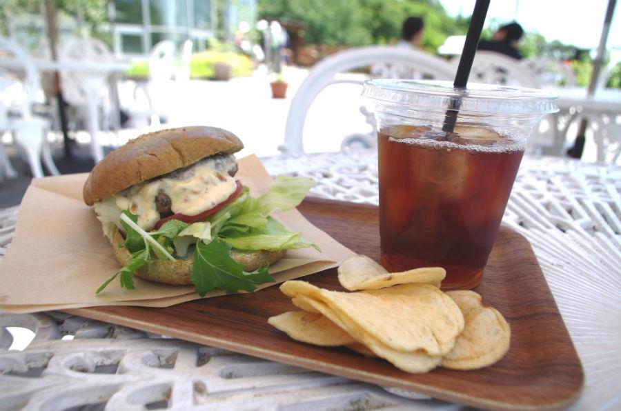 「ミントカフェ」の看板メニュー布引ハーブバーガー(750円)とハーブティー(350円)