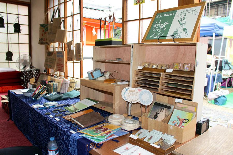 奈良サイダーのラベル絵で知られるイラストレーターの鹿作家めぐさんと、鹿の写真や革製品を作るご主人は、ご夫婦で箱主に