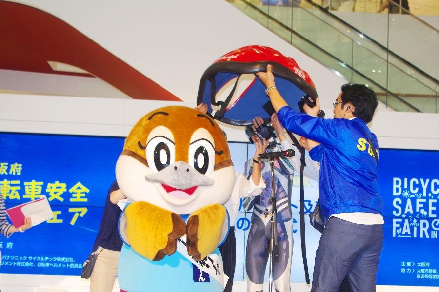 巨大ヘルメットが贈られた大阪府広報部長副知事もずやん