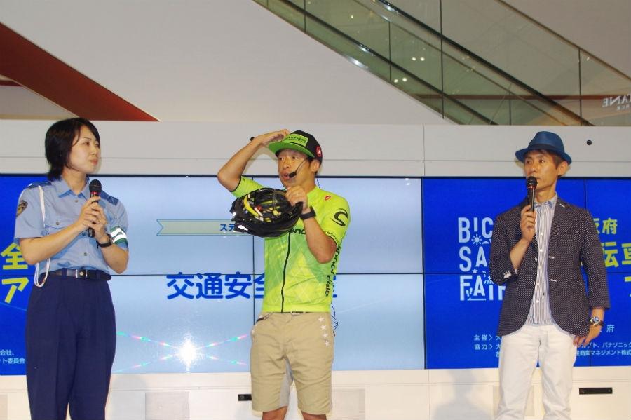 自転車保険加入義務化の周知イベントに出席したシャ乱Q・まこと(右)と、安田大サーカス・安田団長(中央)