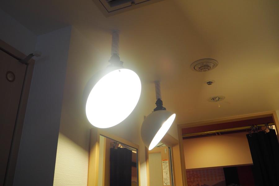 歌舞伎役者が化粧をする際に使用する「化粧前灯り」を模した照明など、細部にこだわりが