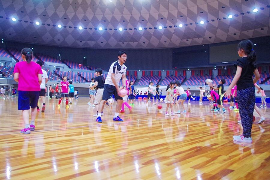サッカーを子どもたちに教えるサッカー元日本代表の勝矢寿延コーチ