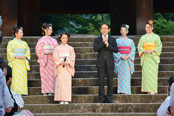 公開記念イベントに登場した周防正行監督(前列右)と主演をつとめた上白石萌音(前列左)