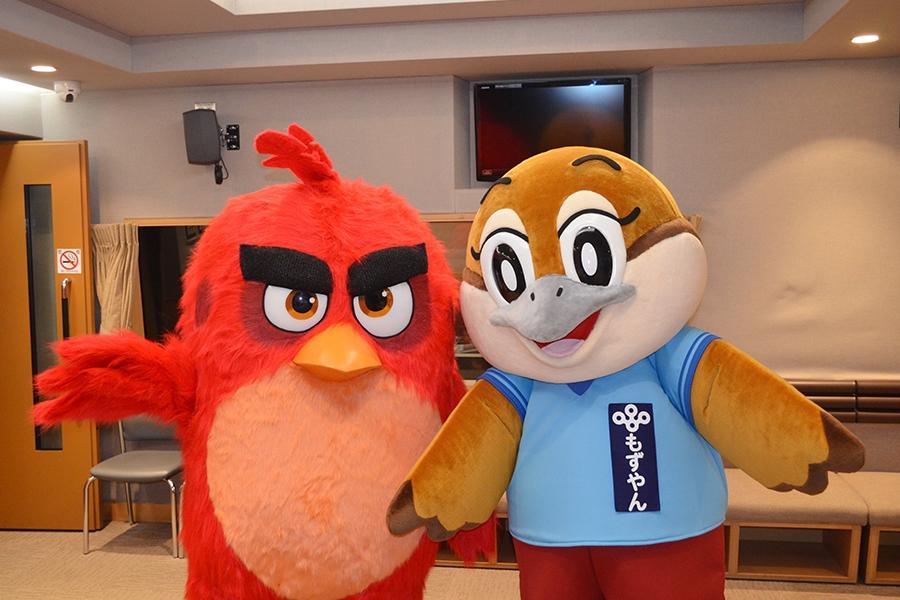 映画『アングリーバード』の主人公・レッド(左)と、大阪府広報担当副知事・もずやん