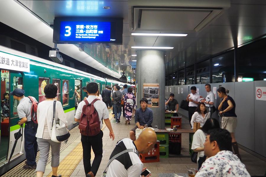 ホームにも飲食できるスペースが用意されている(22日・大阪中之島駅)
