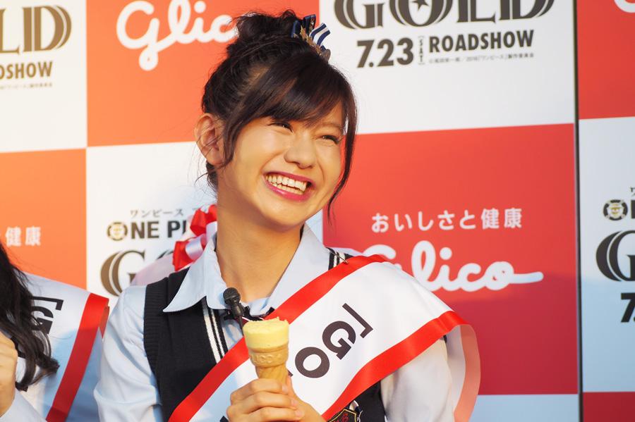 コラボ商品を試食する、NMB48の谷川愛梨