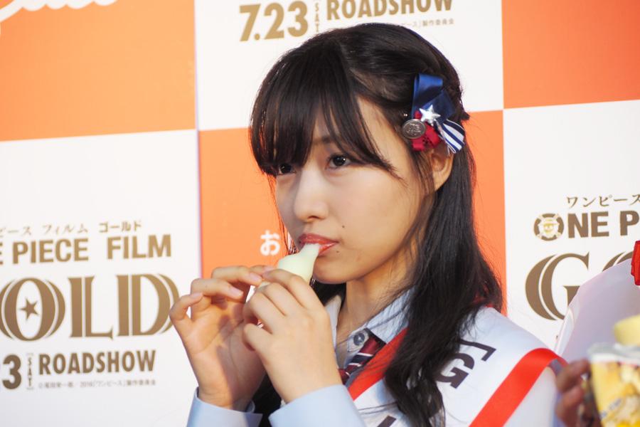 コラボ商品を試食する、NMB48の村瀬紗英