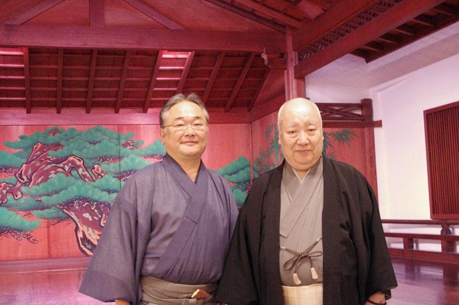 2014年に66才の若さで人間国宝に認定された梅若玄祥(右)と山本能楽堂の代表理事で能楽師の山本章弘