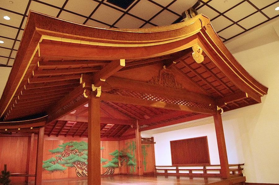 舞台と客席との距離が近いのが特徴的な「山本能楽堂」