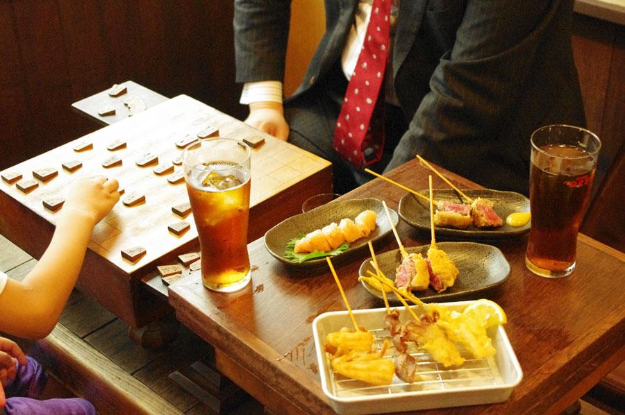 2階のテーブルは歴史が沁み込んだ将棋盤。駒も常備しているとか