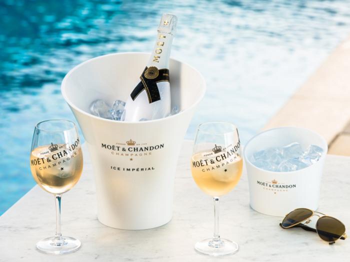 プールサイドのレストランで提供される夏季限定シャンパン「モエ・エ・シャンドン アイス アンペリアル」(18,000円)