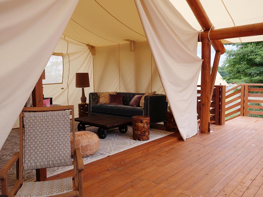 「GLAMP BBQ PARK」エリア内の最高級テント。キッチン、トイレ、シャワールームまであり、テント内にはエアコンも