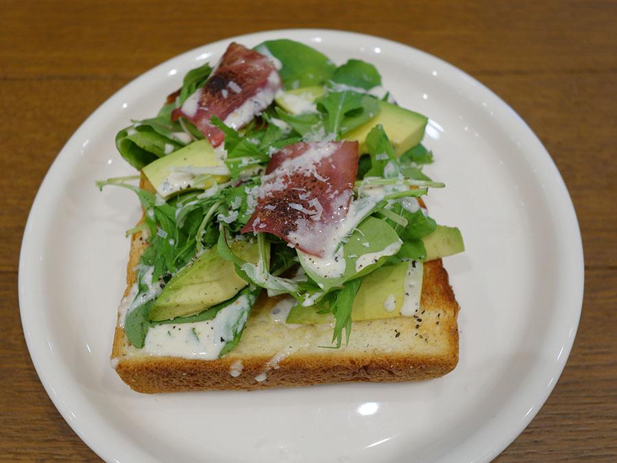 アボカド&ベーコンシーザーサラダ530円はナイフ&フォークで。シンプルなバタートーストは290円