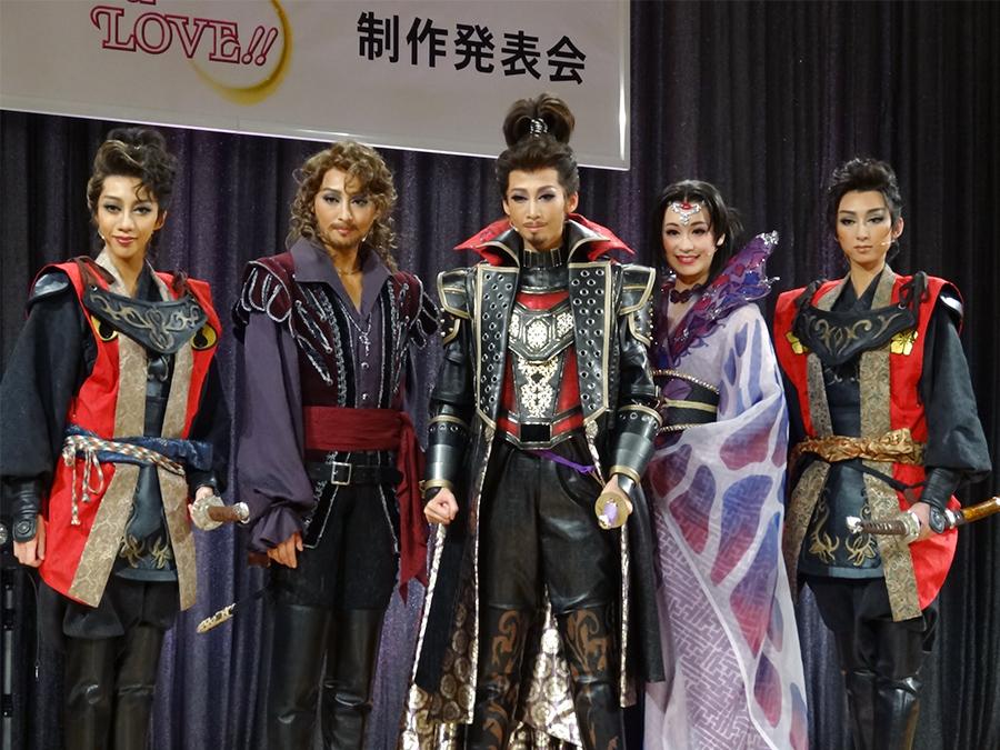 写真右から、凪七瑠海、愛希れいか、龍 真咲、珠城りょう、美弥 るりか