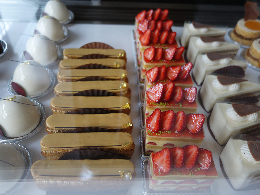 ショーケースに並ぶ常時約11種の生菓子。「どのお菓子も香り、食感、3つ以上の味を感じられるマリアージュを考えて作っています」と垣本シェフ