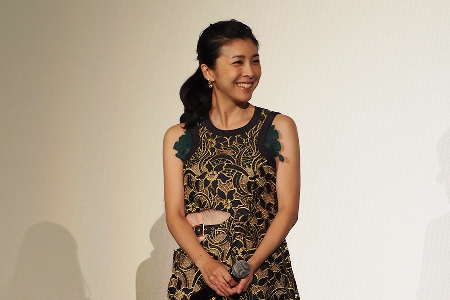 映画『クリーピー 偽りの隣人』の舞台挨拶に登場した竹内結子(8日・大阪市内)