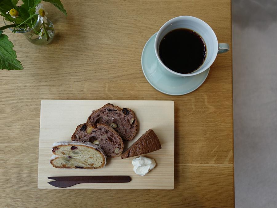パン屋「HANAKAGO(ハナカゴ)」がお店のために造ったガトーショコラ、シュトーレン。そして、人気の赤ワインパンがセットになって800円。コーヒー750円