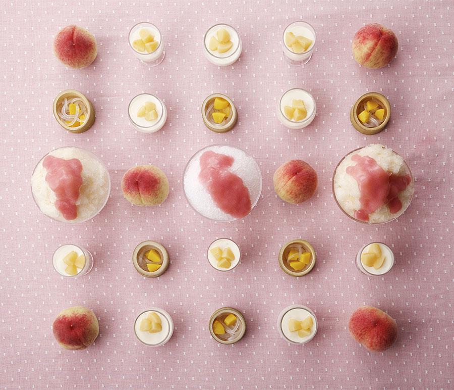 最初はカクテルグラスに注がれた桃のスープからスタート。ピーチメルバ、桃のクレープ、桃のパイなど、桃スイーツは全20種