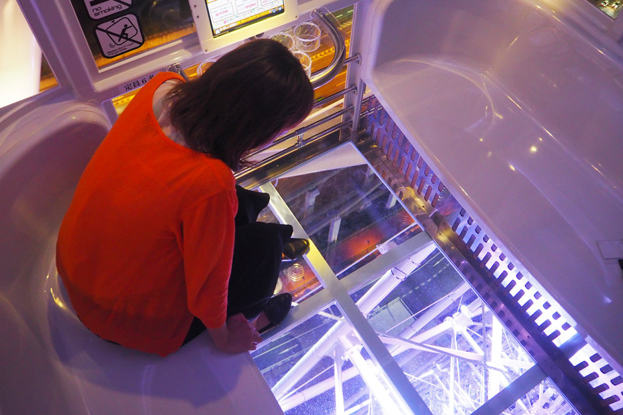 ゴンドラには冷暖房が完備され、エリア放送が視聴できるタブレットが装備される